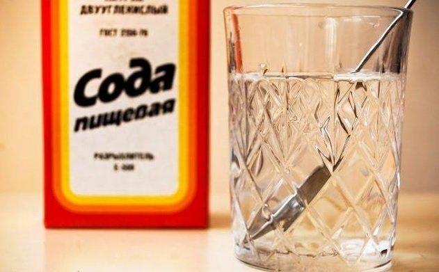 Пищевая сода и стакан воды