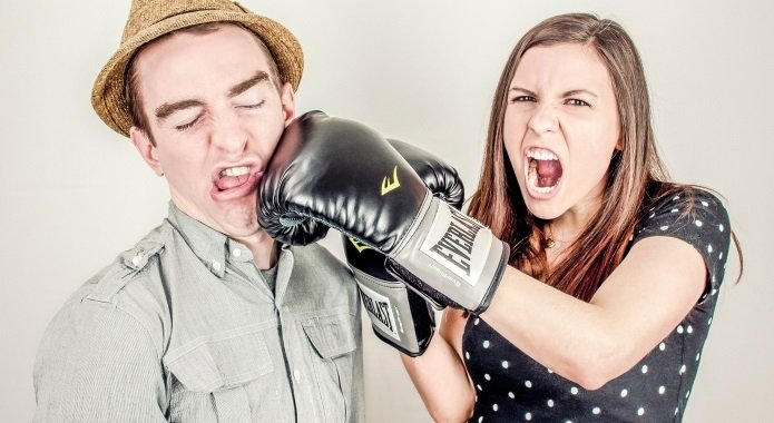 Девушка боксирует мужчину